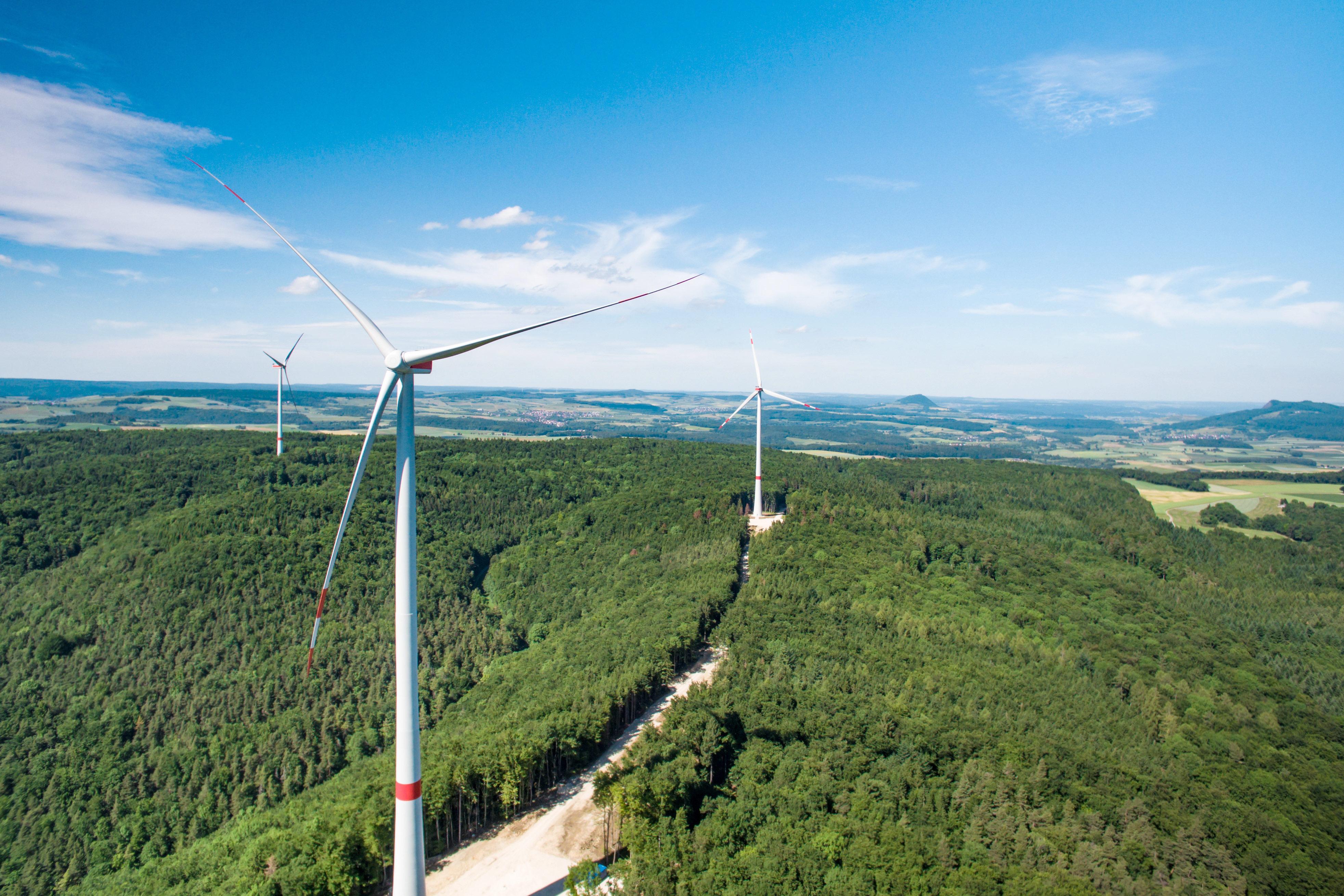 Der fertige Windpark: Im Vordergrund Anlage 3, Anlage 1 links davon und Anlage 2 rechts im Bild. | Bild: ©DesignConnection GmbH